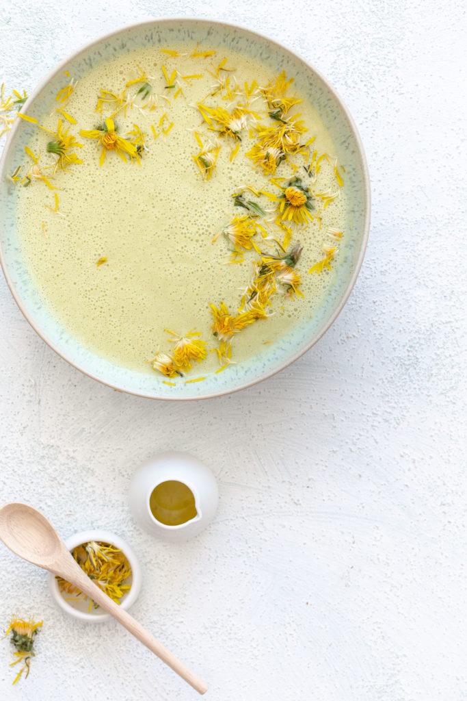 Zucchini Kokosmilch Suppe mit Löwenzahnblüten | Gesunde vegane Rezepte, Fermentation, Nachhaltigkeit - Syl Gervais
