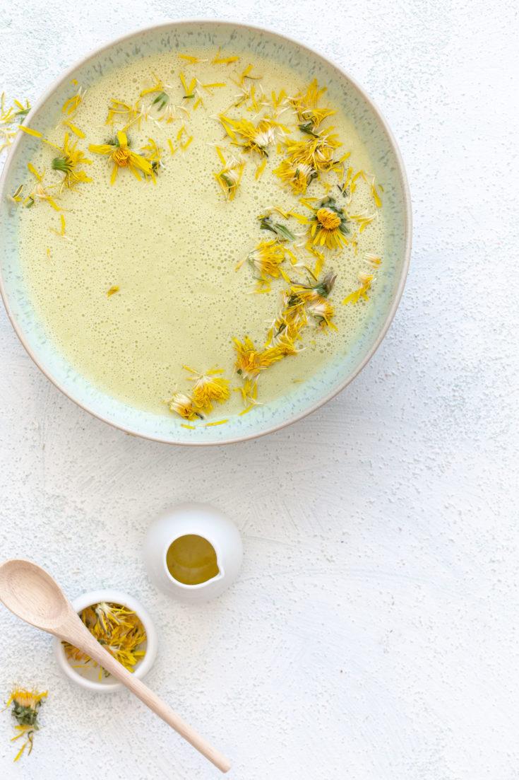 Zucchini Kokosmilch Suppe mit Löwenzahnblüten