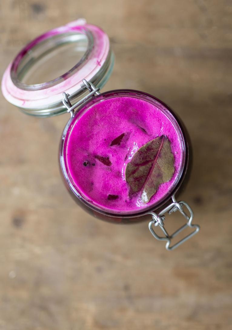 Rote Bete Kvass im Einmachglas auf einer Holzoberfläche | Syl Gervais - Gesunde vegane Rezepte