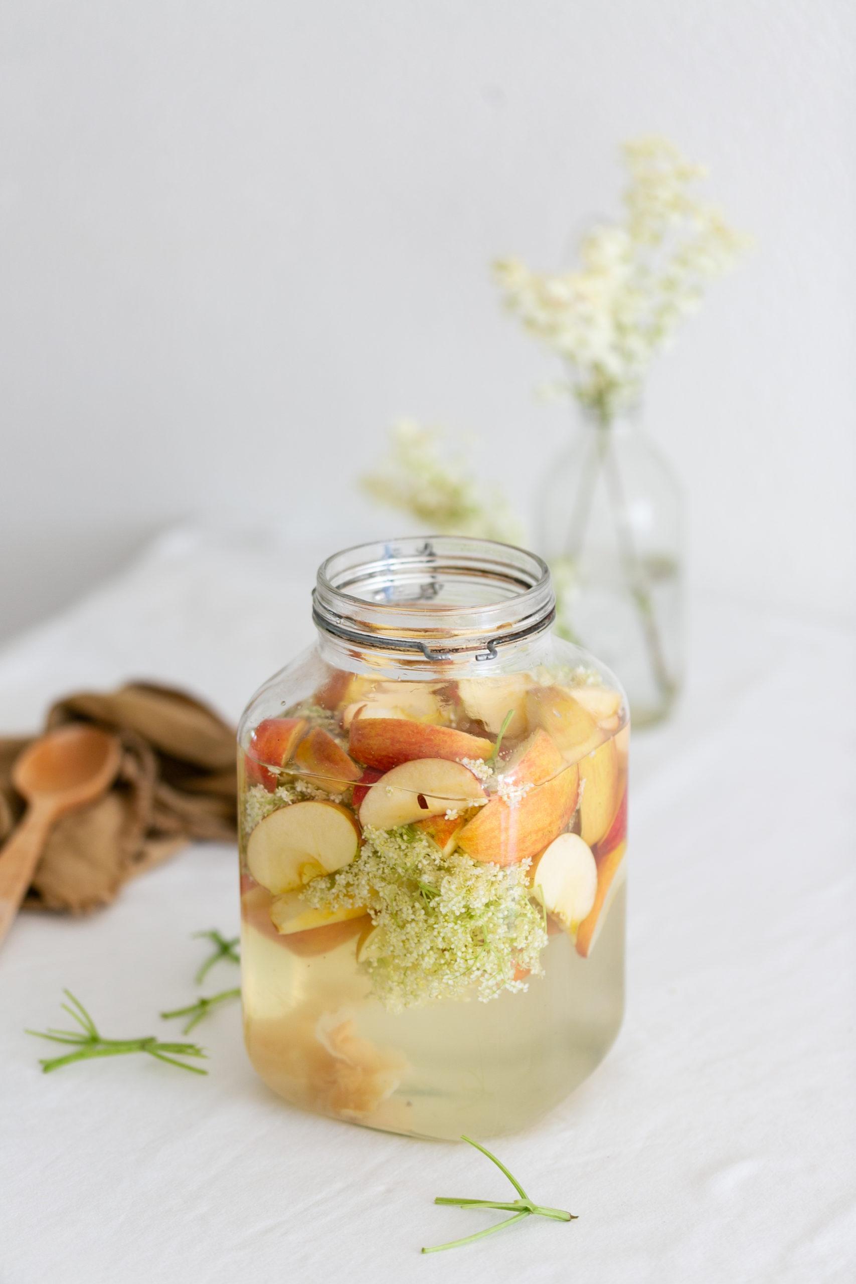 Apfelessig mit Holunder angesetzt im Glas