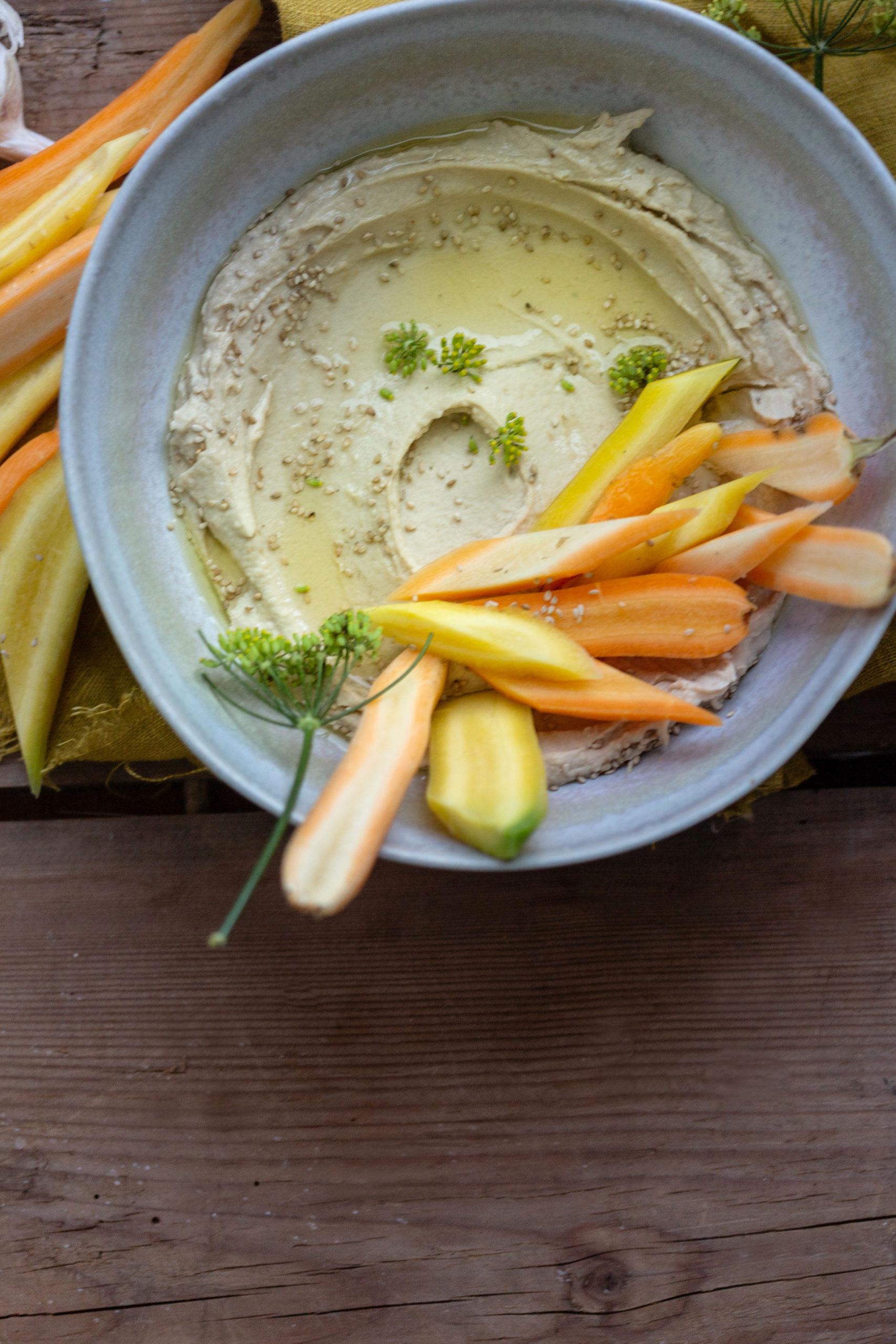 Weiße Bohnen Hummus mit Karottensticks