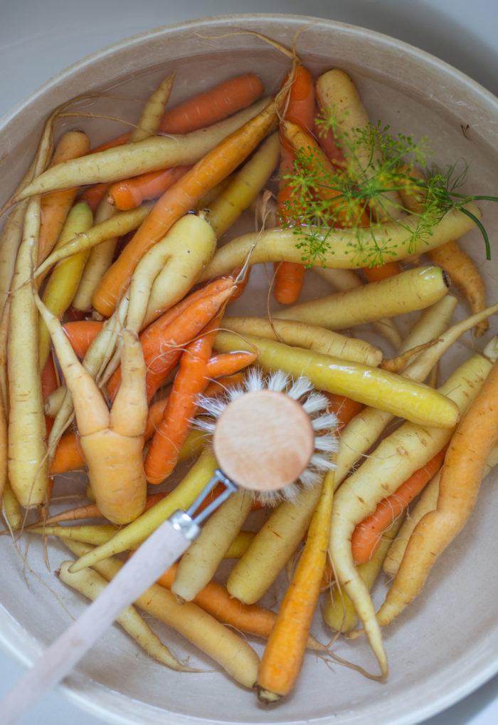 Karotten waschen in einer Schale