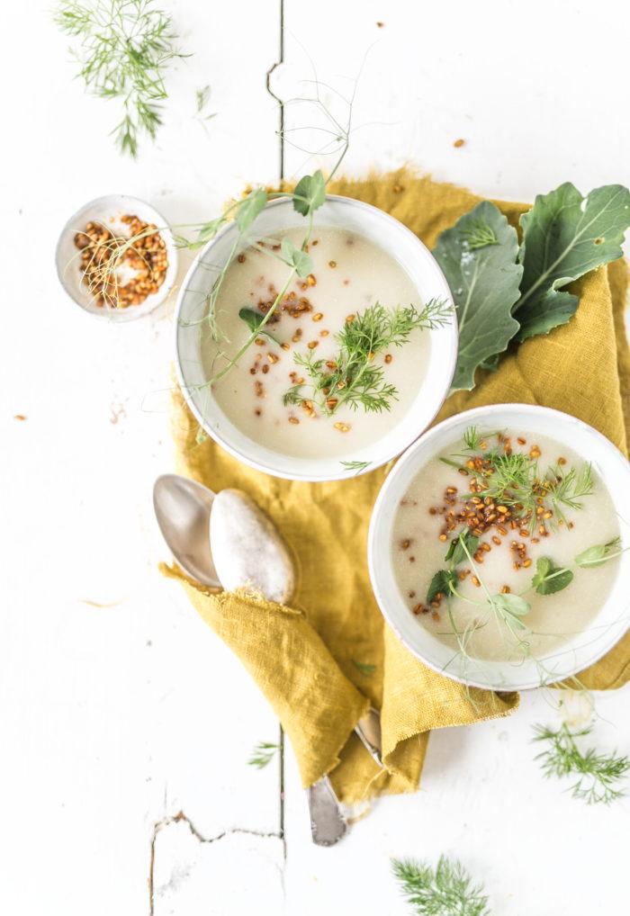 Kohlrabi Kartoffel Suppe in Schalen auf dem Tisch