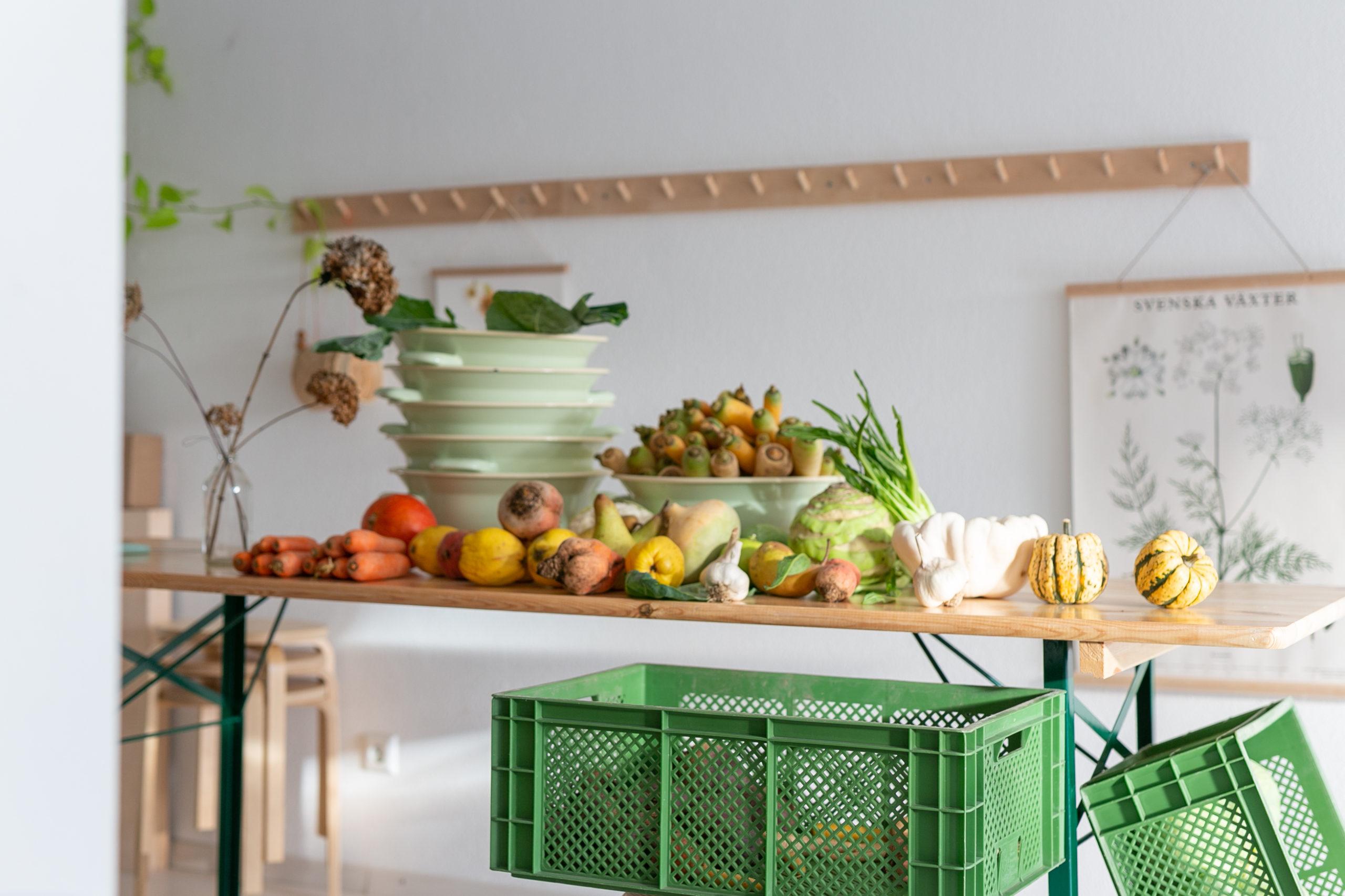 Obst und Gemuse liegt vorbereitet fuer ein Fermentation Workshop