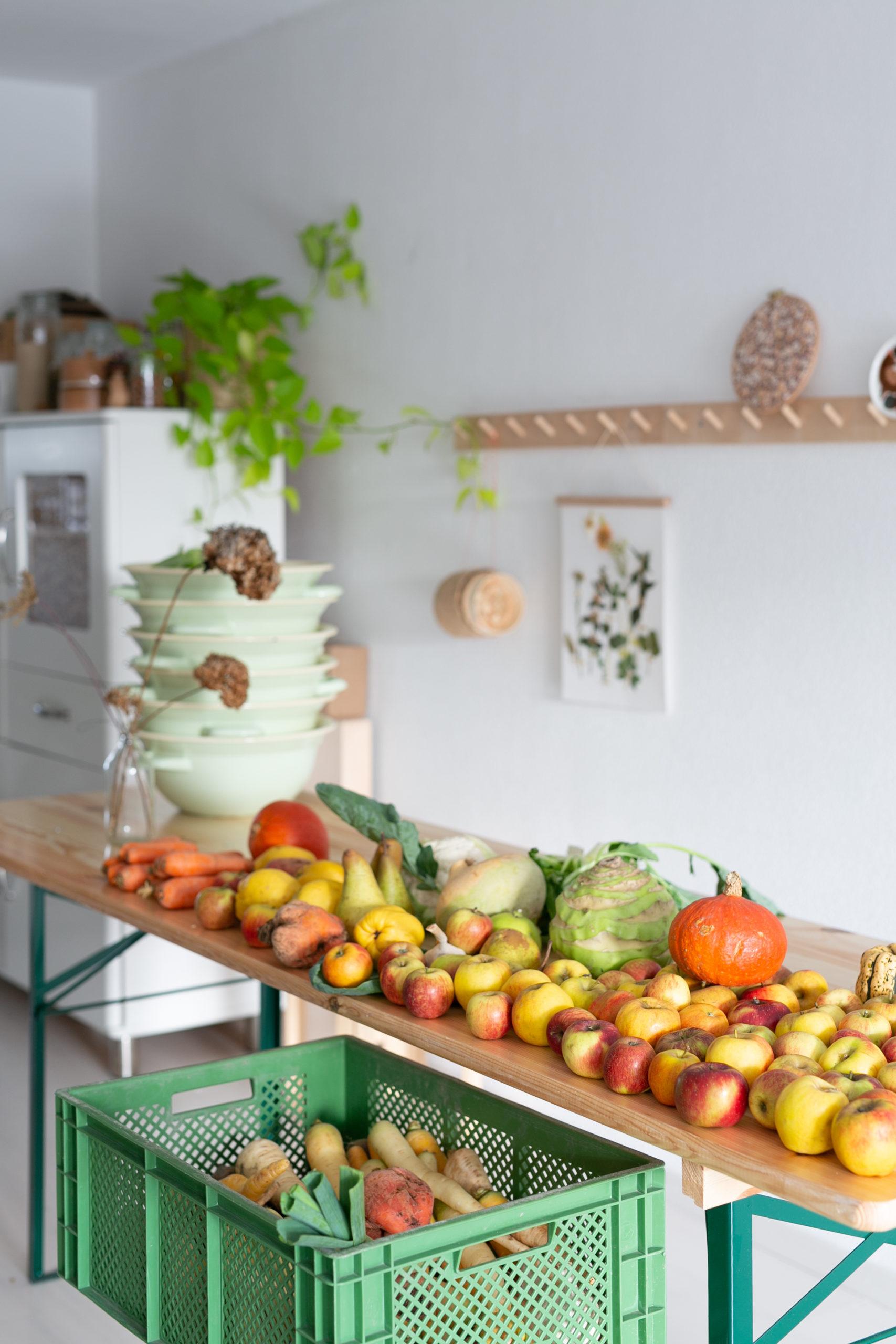 Buntes Obst und Gemuese auf dem Tisch und in Kisten