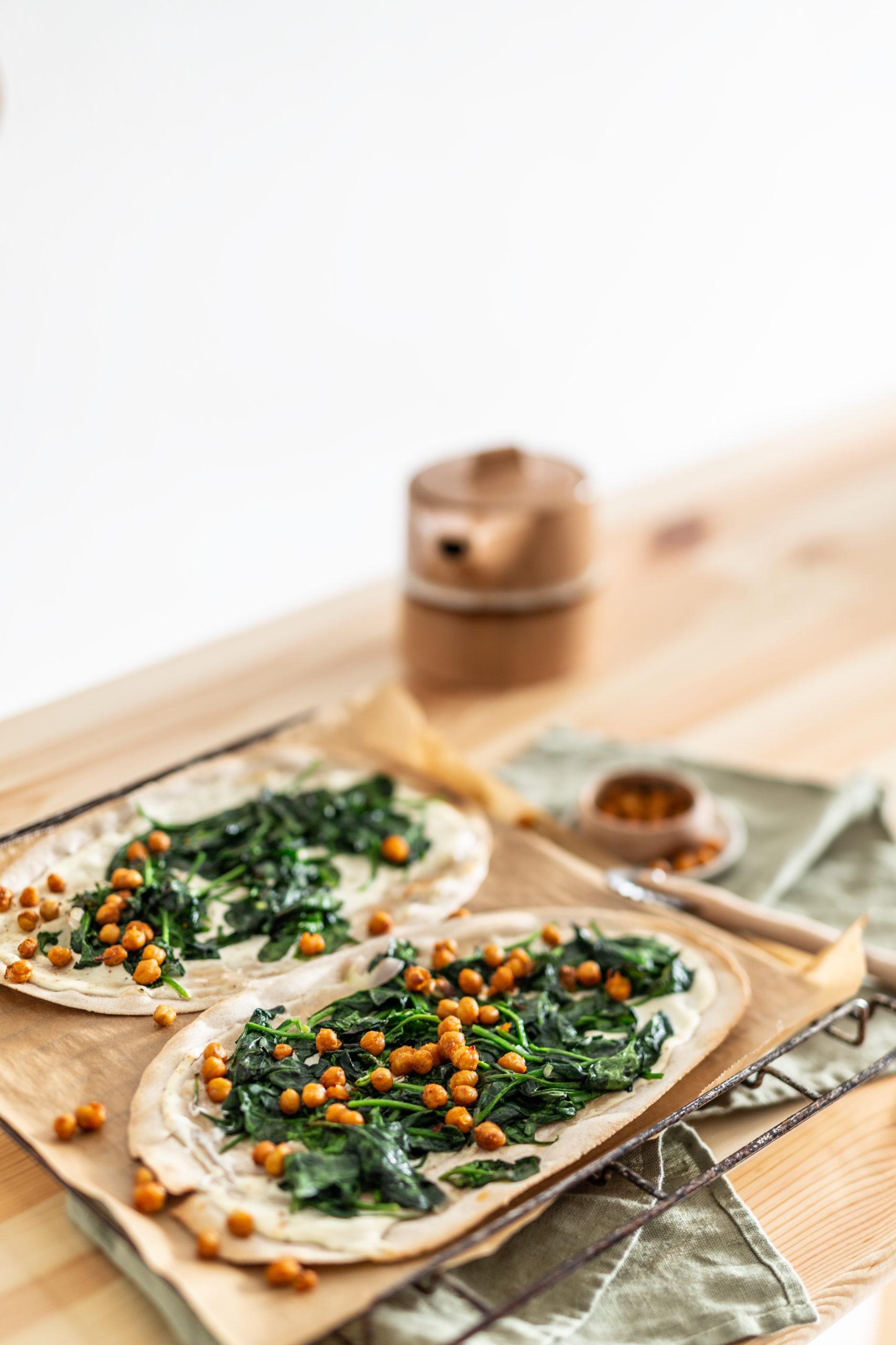 Flammkuchen mit Spinat, Cashewcreme und knusper Kichererbsen | Gesunde vegane Rezepte, Fermentation, Nachhaltigkeit - Syl Gervais